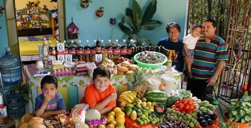 La dieta de una familia mexicana promedio. Foto de Peter Menzel.
